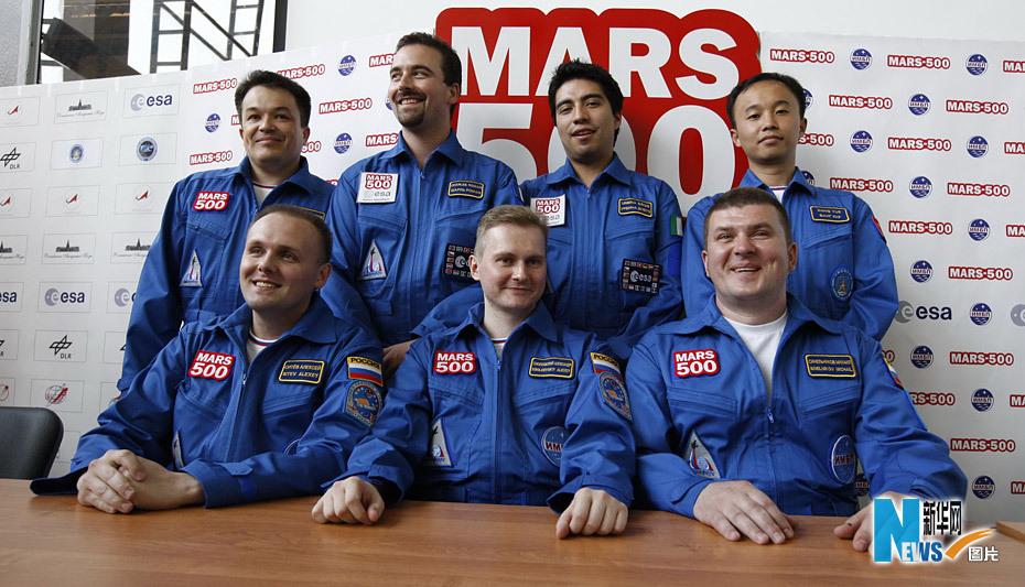 """俄欧""""火星-500""""试验的中国志愿者王跃(后排右一)和其他6名来自俄罗斯图片"""